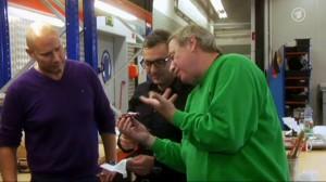 Christoph will ein größeres Auto mit Dachspoiler. Der Spezialist kann helfen. (Screenshot: WDR)