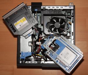 Schnell zerlegt: Unter DVD-Laufwerk und Festplattenkäfig sind die Speicherriegel zugänglich.