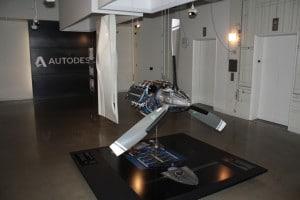 Am Aufzug die Reminiszenz an AutoCAD, ein Flugzeugmotor und ein Kunstobjekt - der Eingang zur Autodesk Gallery.