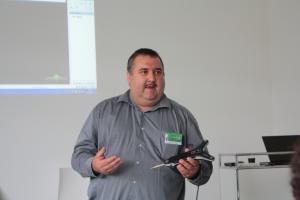 Andreas Fuchs präsentiert die Touchprobe.