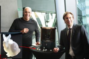 """Carl Bass und Roland Zelles, Geschäftsführer DACH, präsentieren den Spark. Den """"haarige Hasen"""" habe ich vergrößert, bitte aufs Bild klicken für volle Auflösung."""