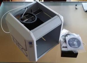 Das ist alles: Drucker, Software, Netzteil, USB-Kabel. Mehr braucht man aber auch nicht zum Loslegen mit dem Neo.