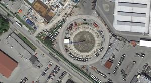 Longierzirkel für Traktoren: Hier dürfen Fendt-Traktoren wochenlang auf der Rüttelstrecke im Kreis fahren (Bild: Google Earth).