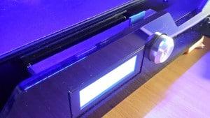 Display, Bedienknopf und SD-Karte ermöglichen den Betrieb ohne PC.