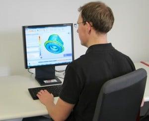 Mittels FEM-Simulation testet dieser IPH-Ingenieur die Umformung eines Stahlkolbens (Bild IPH).