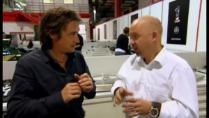 "Richard Hammond lässt sich einen Formel 1-Motor erklären (Video-Screenshot aus ""Richard Hammond's Engineering Connections: Formula 1"").."