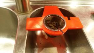 Kleine Lösung, schnell umgesetzt: Ein Teesiebhalter als Küchenhelfer