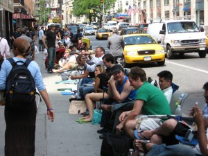 Apple-Jünger warten 2007 auf das neue iPhone (Bild: Wikimedia/Padraic Ryan).
