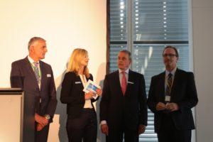 Solidpro-Geschäftsführer Werner Meiser und SolidLine-Geschäftsführer Norbert Franchi begrüßen Ken Clayton (v.l.), durch das Programm führte Sabine Brand, Leiterin der Unternehmenskommunikation von Bechtle.