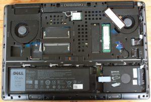 Innen bietet die Precision 7710 noch viel Platz für Erweiterungen, der geöffnete M.2-Slot zeigt die 256GB-SSD.