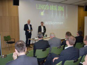 Dr.Thomas Kamps, Geschäftsführer von Conweaver (rechts vorne), und Vertriebsleiter Sebastian Dörr begrüßten einen illustren Kreis von PLM-Experten zur Veranstaltung Linked Data 2016. (Bild: Wendenburg)