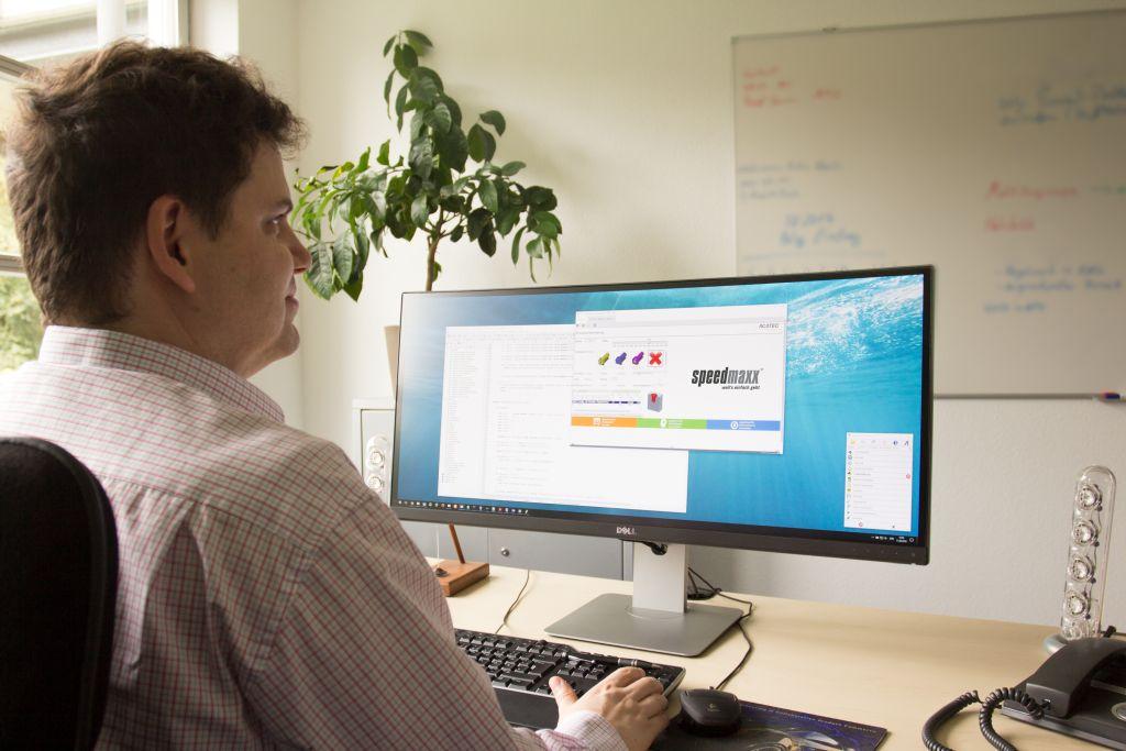 Entwicklungsleiter Falk von Rötel freut sich über den neuen Namen der Konfiguratorlösung speedmaxx (Alle Bilder: Acatec).