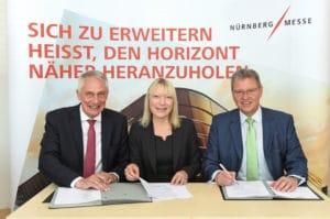 Die SPS IPC Drives bleibt in Nürnberg: Vertragsunterzeichnung mit (v. l.n.r.) Martin Roschkowski, Petra Haarburger und Dr. Roland Fleck (Bild: NürnbergMesse/Manfred Gillert).
