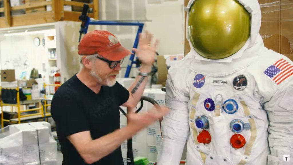 Adam Saveage mit Armstrongs Raumanzug